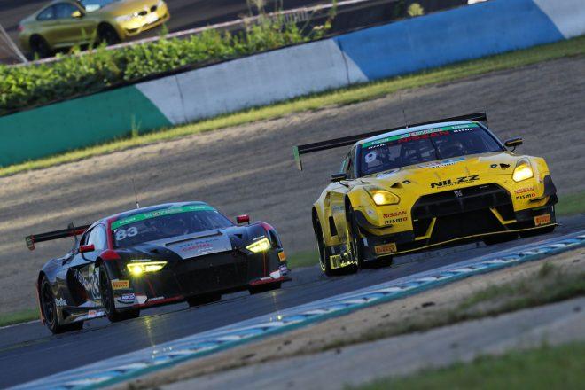 9号車MP Racing GT-Rを捉える83号車X WORKS R8