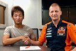 鳥羽海渡とレッドブル・KTM・アジョのチームマネージャーであるアキ・アジョ