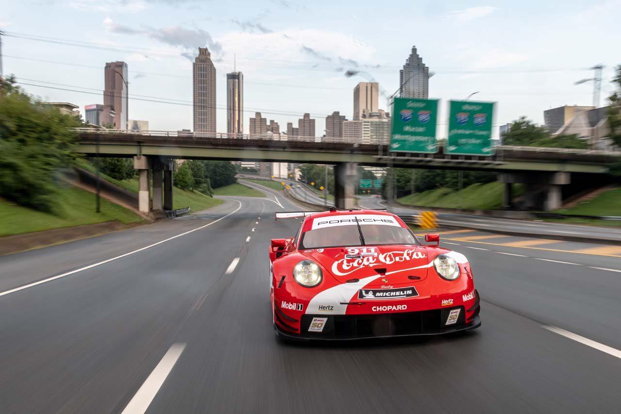 【動画】コーラを買いにレーシングポルシェで公道へ。911 RSRの高音NAサウンドは必聴