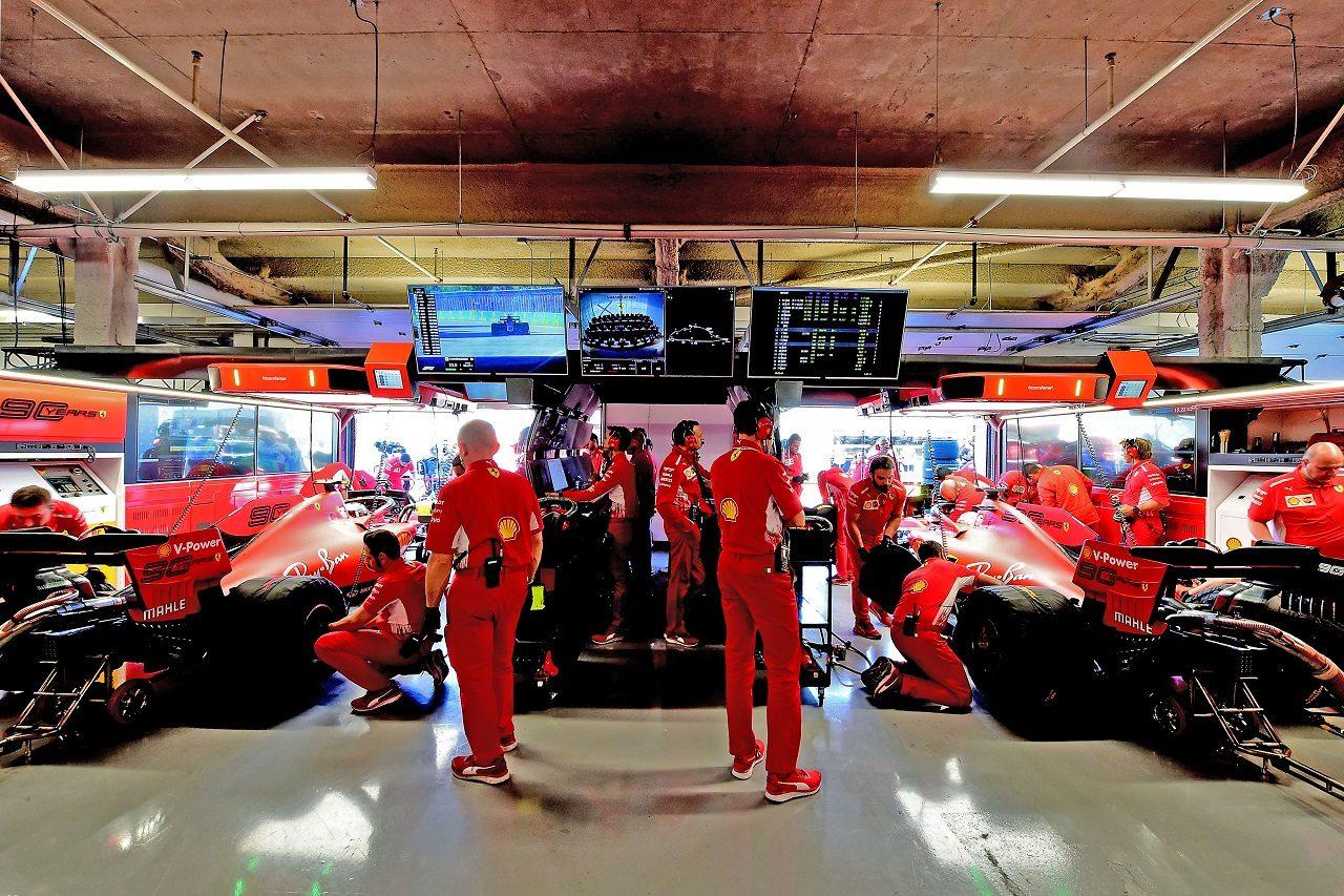 ガレージ内に並ぶフェラーリSF90
