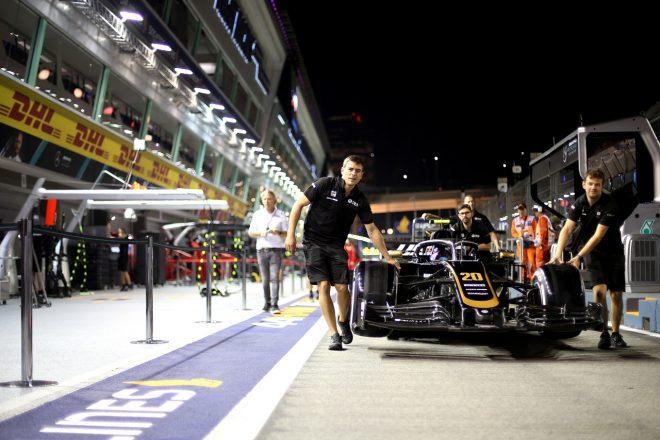 2019年F1第15戦シンガポールGP木曜 ハースVF-19の準備を進めるメカニックたち