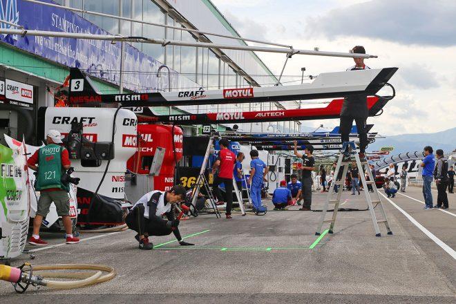 レースに向けて設営が進むスポーツランドSUGOのピット