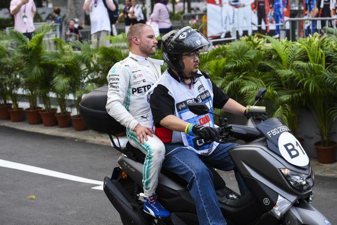 2019年F1第15戦シンガポールGP金曜 クラッシュ後、ピットに戻るバルテリ・ボッタス(メルセデス)