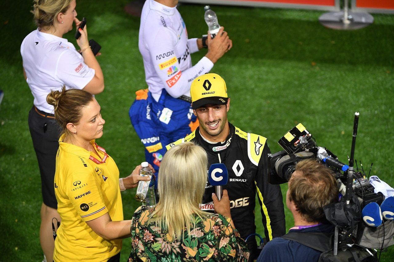 2019年F1第15戦シンガポールGP土曜 予選失格が決まる前、笑顔でインタビューに応じていたダニエル・リカルド(ルノー)