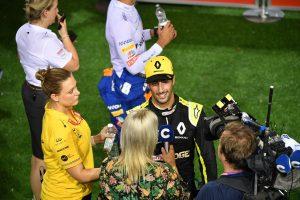 F1 | 2019年F1第15戦シンガポールGP土曜 予選失格が決まる前、笑顔でインタビューに応じていたダニエル・リカルド(ルノー)