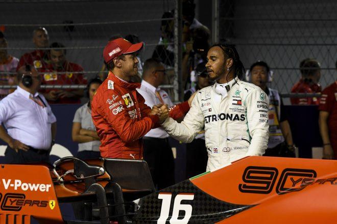 2019年F1第15戦シンガポールGP 予選後、健闘を称え合うルイス・ハミルトン(メルセデス)とセバスチャン・ベッテル(フェラーリ)
