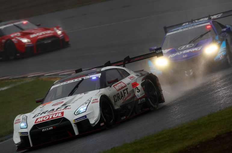 スーパーGT | ニッサンGT-Rが今季初勝利。CRAFTSPORTSが入れ替わる雨中のトップ争いで逆転V【スーパーGT第7戦SUGO決勝】