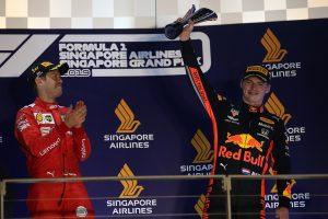 F1 | 2019年F1第15戦シンガポールGP 表彰台でのマックス・フェルスタッペン(レッドブル・ホンダ)とセバスチャン・ベッテル(フェラーリ)