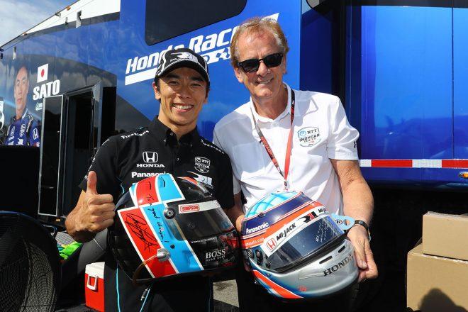 レース後に、レースディレクターを務めるアリ・ルイエンダイクとヘルメット交換をする佐藤琢磨