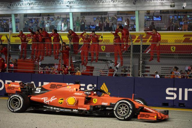 2019年F1第15戦シンガポールGP トップでチェッカーを受けるセバスチャン・ベッテル(フェラーリ)