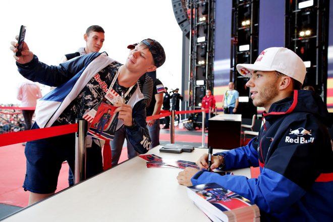 2019年F1第16戦ロシアGP木曜 ファンへのサイン会でのピエール・ガスリー(トロロッソ・ホンダ)
