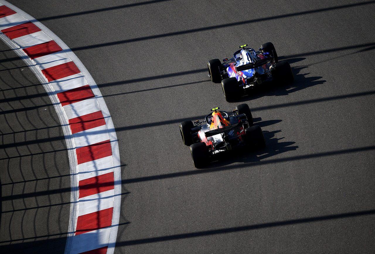 2019年F1第16戦ロシアGP アレクサンダー・アルボン(レッドブル・ホンダ)とピエール・ガスリー(トロロッソ・ホンダ)