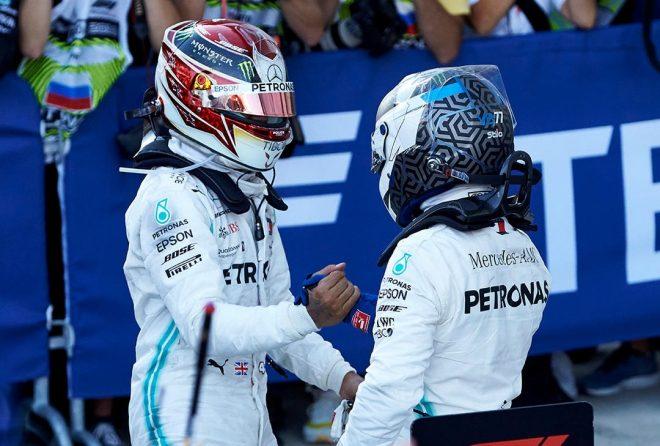 2019年F1第16戦ロシアGP ワンツー達成で祝福し合うルイス・ハミルトンとバルテリ・ボッタス(メルセデス)