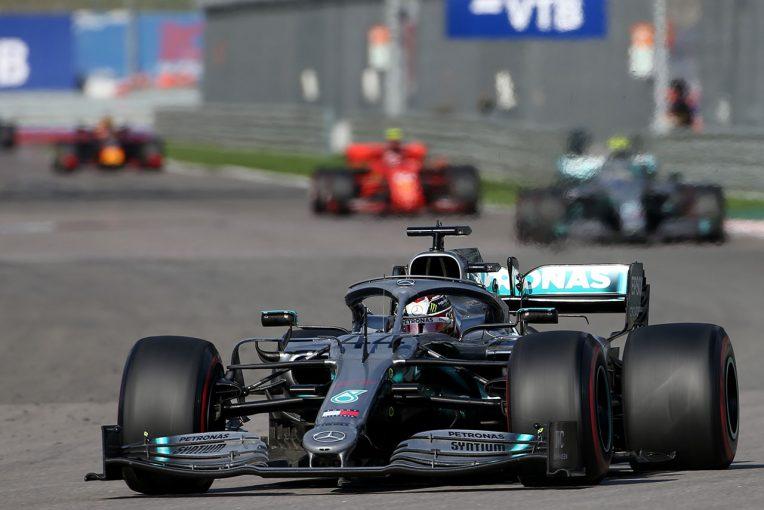 F1   メルセデスF1代表、フェラーリの競争力に懸念示すも「最速のパッケージがなくても優勝できる」