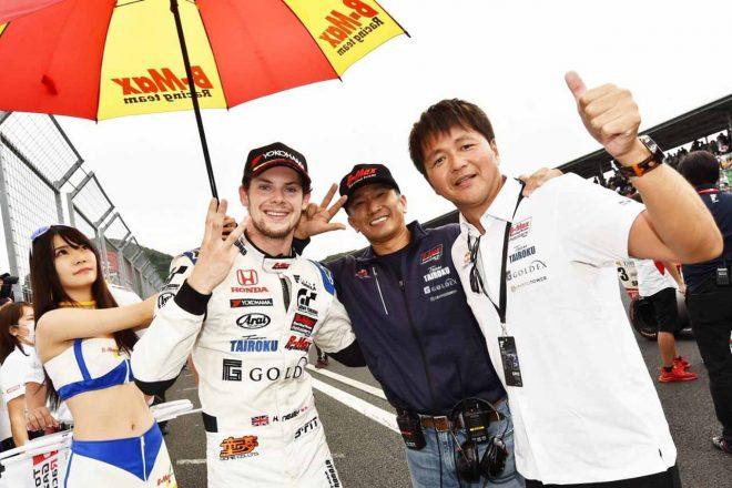 ハリソン・ニューウェイの表彰台獲得に喜ぶ組田龍司総代表(中央)と本山哲監督(右)