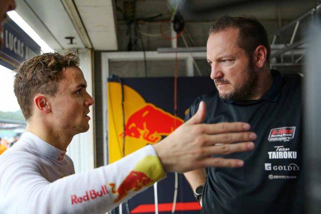 担当エンジニアのアンドレアス・コーラー(右)と話すルーカス・アウアー