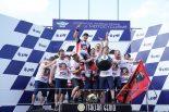 表彰台でチームスタッフと喜ぶマルク・マルケス(レプソル・ホンダ・チーム)