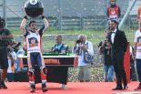 MotoGPチャンピオンを決めパフォーマンスをするマルク・マルケス