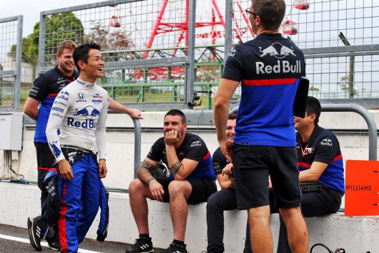 F1 | 【SNSピックアップ】F1日本GP(2):山本尚貴のヘルメットを公開。渋谷の交差点にレッドブルの2人。ファンとチームの絆