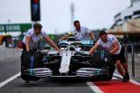 2019年F1第17戦日本GP木曜 バルテリ・ボッタスのマシンを用意するメルセデスのメカニックたち