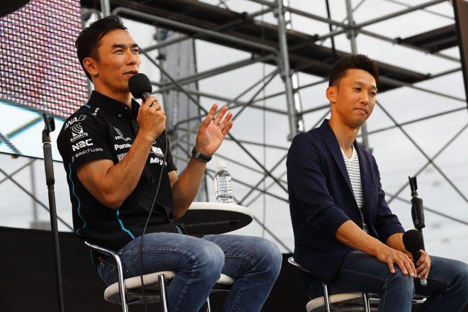 中嶋一貴と共にGPスクエアのステージトークショーに出演する佐藤琢磨