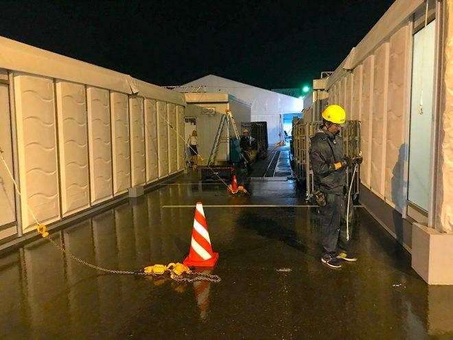 2019年F1第17戦日本GP 台風接近前の金曜日は夜を徹して施設の補強を行っていた作業スタッフ