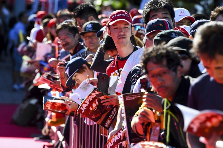F1   日曜の鈴鹿サーキットは快晴。F1日本GP予選&決勝に向け、観客が続々来場