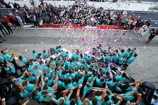 2019年F1第17戦日本GP メルセデスのコンストラクターズチャンピオン獲得をチームで祝福
