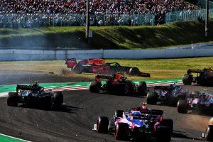F1 | 2019年F1第17戦日本GP日曜 接触によりコースオフしたマックス・フェルスタッペン(レッドブル・ホンダ)