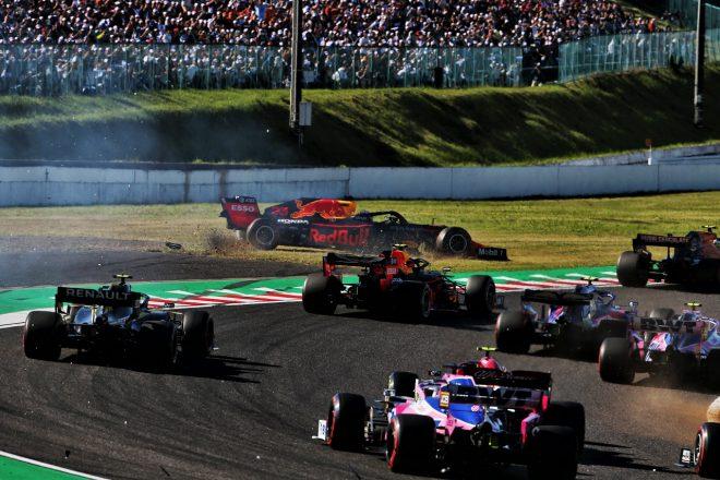 2019年F1第17戦日本GP日曜 接触によりコースオフしたマックス・フェルスタッペン(レッドブル・ホンダ)