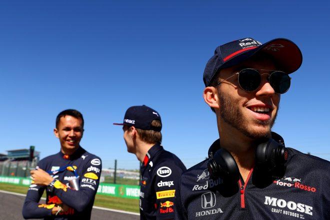 2019年F1第17戦日本GP日曜 ピエール・ガスリー(トロロッソ・ホンダ)とマックス・フェルスタッペン&アレクサンダー・アルボン(レッドブル・ホンダ)