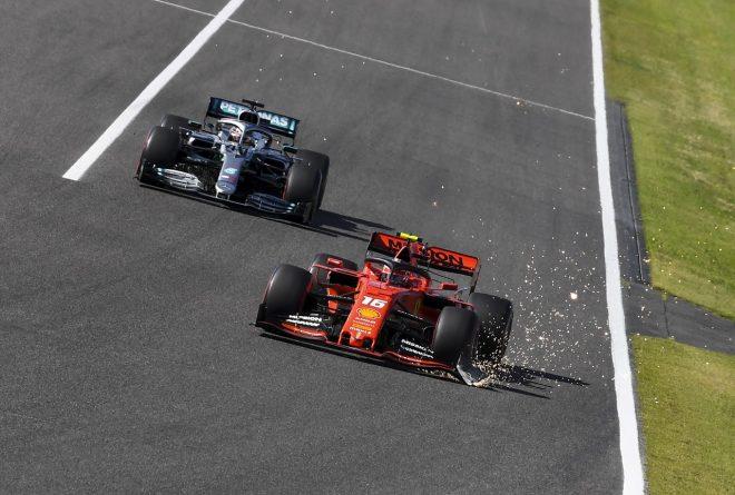 2019年F1第17戦日本GP決勝 マシンにダメージを負ったままルイス・ハミルトン(メルセデス)の前を走り続けるシャルル・ルクレール(フェラーリ)
