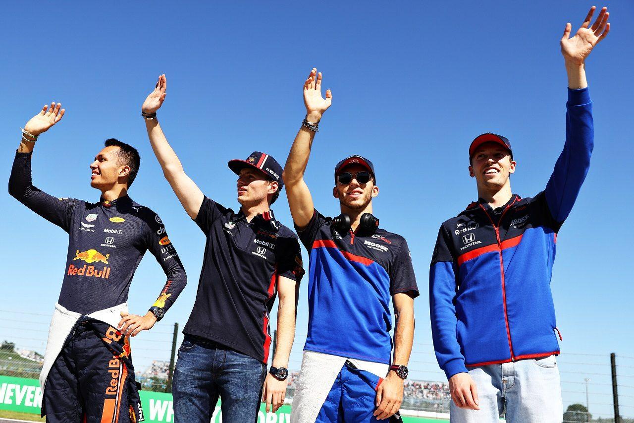 2019年F1第17戦日本GP日曜 ファンに向かって手を振るアレクサンダー・アルボン、マックス・フェルスタッペン、ピエール・ガスリー、ダニール・クビアト