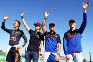 F1 | 2019年F1第17戦日本GP日曜 ファンに向かって手を振るアレクサンダー・アルボン、マックス・フェルスタッペン、ピエール・ガスリー、ダニール・クビアト