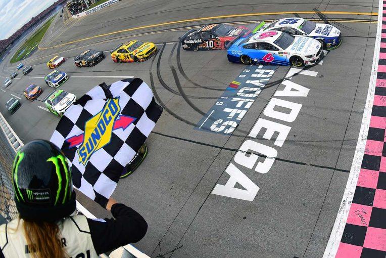 海外レース他   NASCAR第31戦:降雨中断と3度の多重クラッシュが起きる大混戦をフォードのブレイニーが0.007秒差で制す