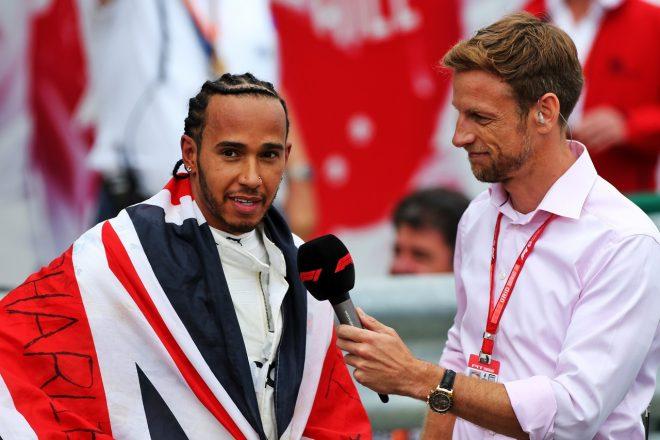 2019年F1イギリスGP ルイス・ハミルトンにインタビューを行うジェンソン・バトン