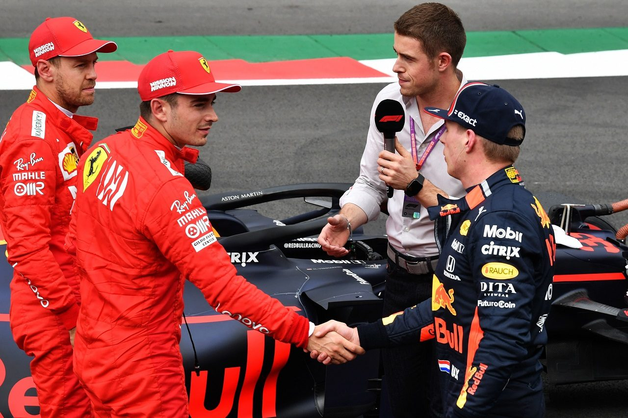 2019年F1第18戦メキシコGP 予選後、握手をかわすシャルル・ルクレール(フェラーリ)とマックス・フェルスタッペン(レッドブル・ホンダ)