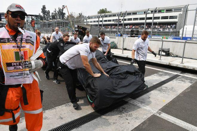 2019年F1第18戦メキシコGP クラッシュの後、ガレージに運ばれるバルテリ・ボッタス(メルセデス)のマシン