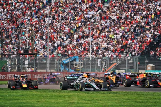 2019年F1第18戦メキシコGP決勝 バトルの末にコースオフしてしまったルイス・ハミルトンとマックス・フェルスタッペン