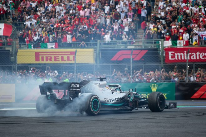 2019年F1第18戦メキシコGP 優勝したルイス・ハミルトン(メルセデス)がドーナツターン