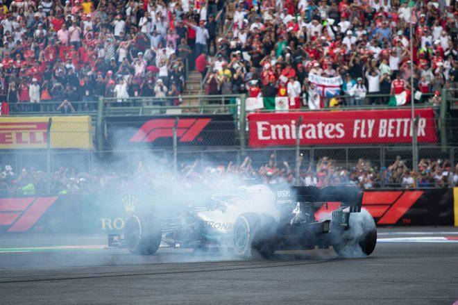 2019年F1第18戦メキシコGP決勝 ドーナツターンを披露するルイス・ハミルトン