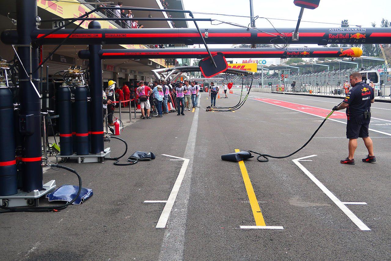 F1 Topic:ピットイン&アウト時のタイムロス防止のため、ひと工夫されたピットボックス