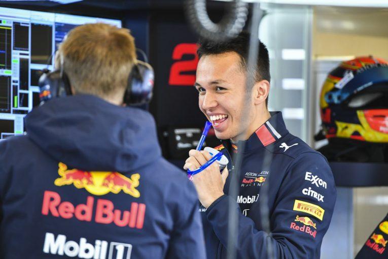 F1 | アルボン初日6番手「ベストタイムは抹消。本当ならもっといいタイムを出せた」:レッドブル・ホンダF1