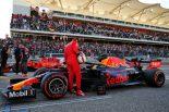 2019年F1第19戦アメリカGP レッドブル・ホンダのマシンを覗き込むセバスチャン・ベッテル
