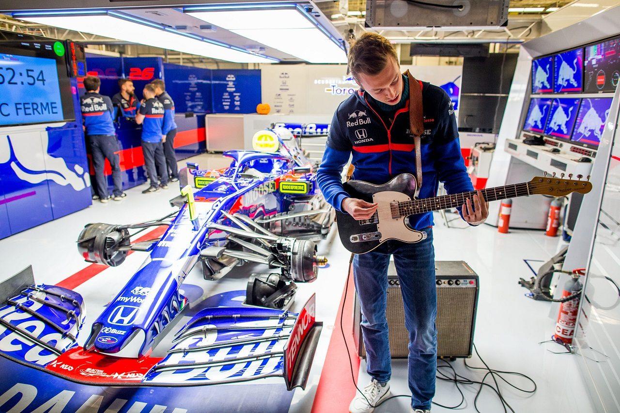 2019年F1第19戦アメリカGP ガレージでギターを弾くダニール・クビアト(トロロッソ・ホンダ)