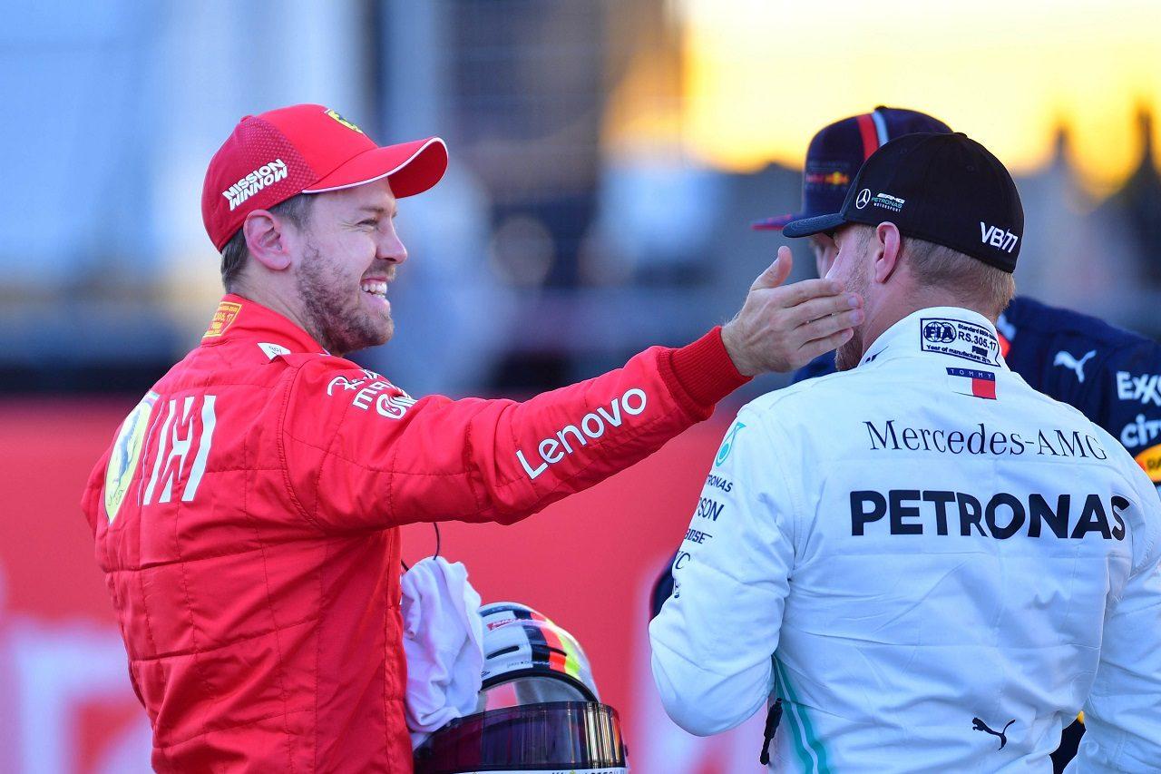 2019年F1第19戦アメリカGP 予選2番手のセバスチャン・ベッテル(フェラーリ)がポールのバルテリ・ボッタス(メルセデス)を祝福