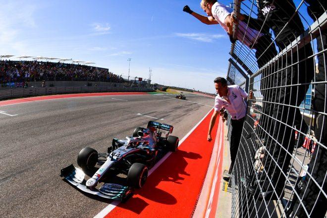 2019年F1第19戦アメリカGP 2位でチェッカーを受けるルイス・ハミルトン(メルセデス)