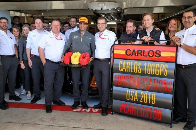 2019年F1第19戦アメリカGP カルロス・サインツJr.(マクラーレン)の100戦目を祝うチーム