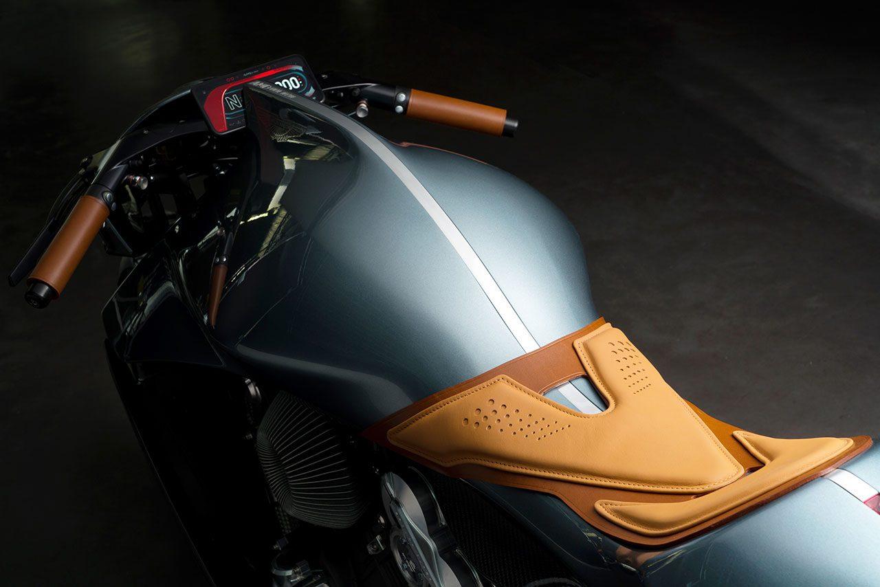 アストンマーティン初の2輪車『AMB 001』をミラノショーで公開。価格は1000万円越え