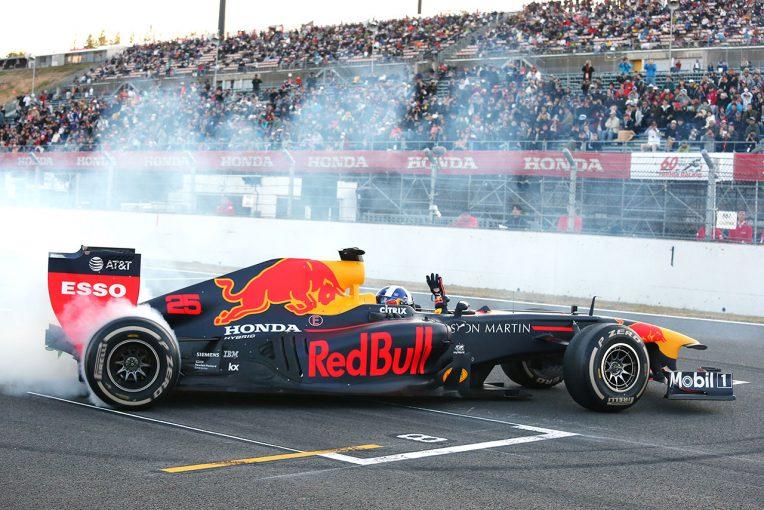 F1 | レッドブルF1がもてぎで初デモラン。クルサードがドライブ、白煙を上げてドーナツターン/ホンダサンクスデー